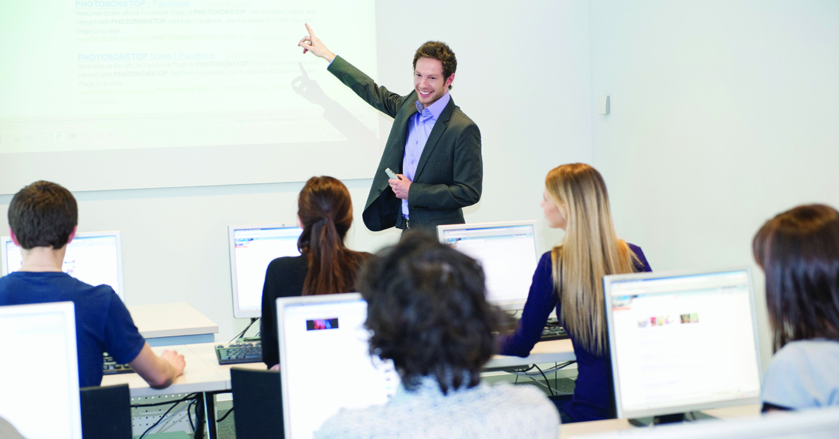 Underviser fremlægger løsninger for studerende