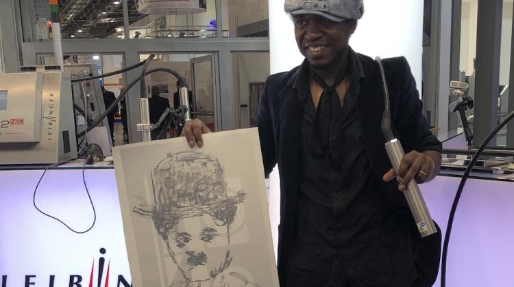 Kunstner maler Charlie Chaplin med industriel printer