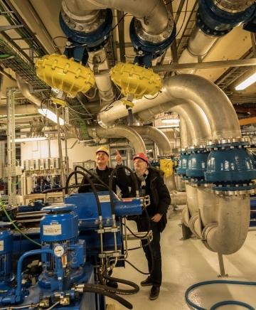 Her inspicerer vedligeholdelsesleder Theis Walløe og produktchef Johnny Heidler de store Kinetrol aktuatorer.