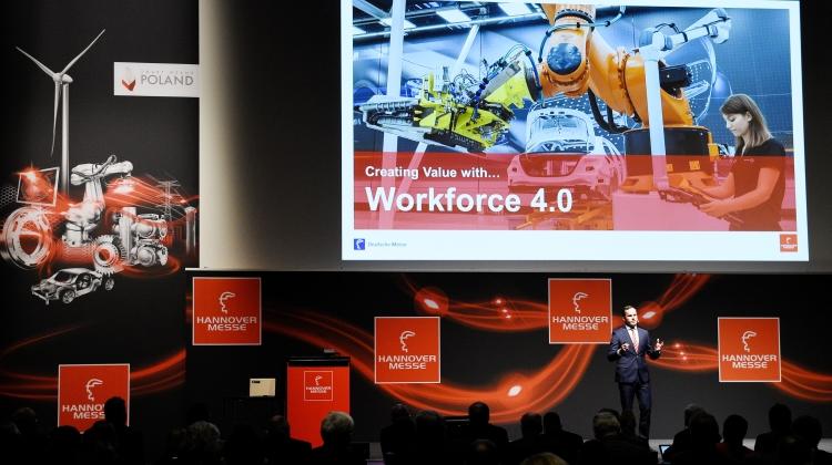 Selv om digitaliseringsprocessen er i fuld gang, er den menneskelige faktor afgørende for succes. Arbejdsstyrken skal forbedres til Workforce 4.0. Her ses Dr. Jochen Köckler ved Hannover Messe Preview.