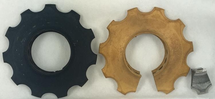 """Overfladehærdede """"pulley wheels"""" i 3D printet titanlegering (printet af Teknologisk Institut Aarhus); efter to forskelige """"DTU-hærdeprocesser""""."""