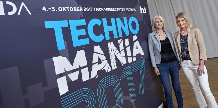 Aase Rhode, direktør for Teknologi og Netværk i Ingeniørforeningen IDA, og Mona Jakobsen, projektchef i MCH Messecenter Herning, glæder sig over det udvidede samarbejde om TECHNOMANIA. Foto: MCH/Tony Brøchner.