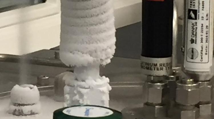 Figur 2. Argons tripelpunkt etableres ved først at fryse en argoncelle helt med flydende nitrogen og derefter starte en langsom smeltning af det frosne argon. Med det rette gastryk i argonbeholderen rammer man da netop tripelpunktet.