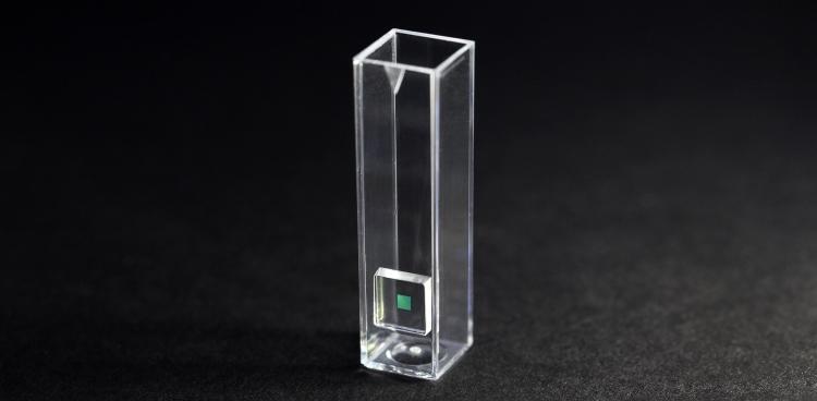 Cphnanos NanoCuvette med fotonisk krystalsensor til brug for fotospektroskopi af farveløse kemiske processer.